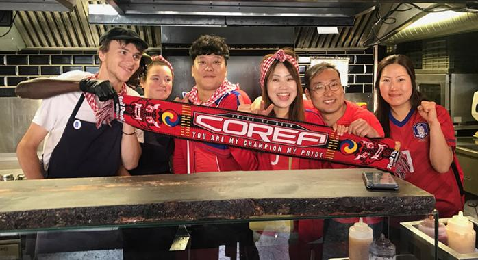 Des supporters coréens au Casse Croûte à Dédé de Grenoble centre