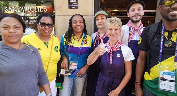 Des journalistes jamaïcains au Casse Croûte à Dédé de la gare de Grenoble