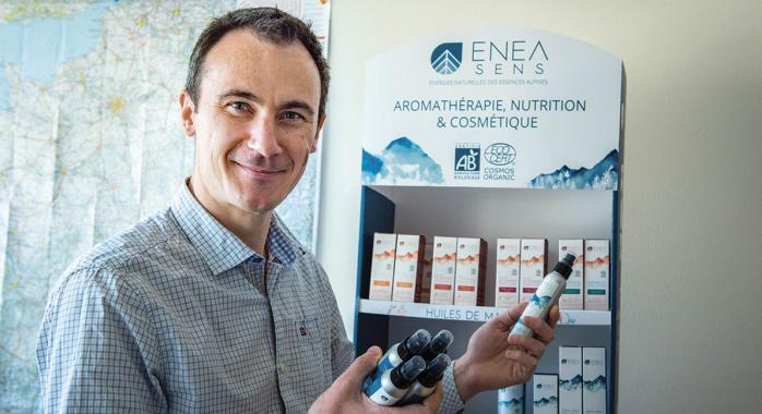 Enea Sens magnifie les résidus de conifères | Présences Grenoble