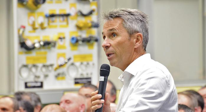 Laurent Rannaz lors d'une intervention dans le centre de formation Caterpillar.